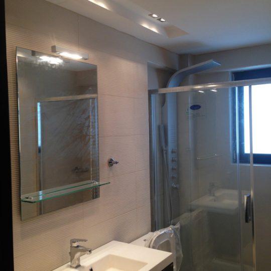 Μπάνιο με υδρομασάζ κρυφό φωτισμό και ντουζιέρα συρόμενη με κρύσταλλο