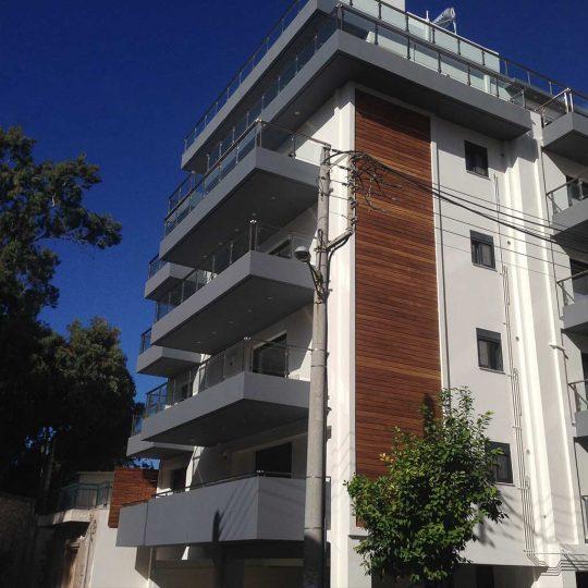 Κατασκευή πολυκατοικίας με εξωτερική διακόσμηση από ξύλο ιρόκο