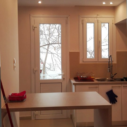 Ανακαίνιση κουζίνας με gloss white πορτάκια σε συνδυασμό με ξύλο και κρυφό φωτισμό